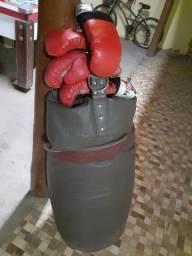 Título do anúncio: Saco de pancada com 2 pares de luva uma de box  outra de moytay