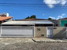 Casa nos Bancários com 03 quartos, sendo 0 2 suítes + DCE e terraço.