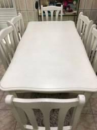 Mesa branca com 6 cadeiras.