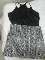 Conjunto de saia e blusa.