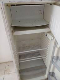 Título do anúncio: Vendo esta geladeira funcionar normalmente.