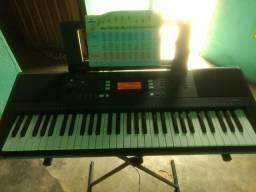 Vendo teclado Yamaha PSR 343 semi profissional.