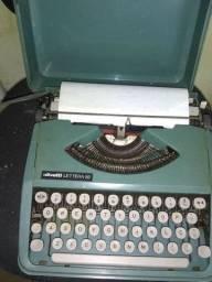 Máquina de escrever funcionando
