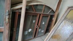 Portas e janelas de itauba com veneziana, vidros, fechadura e grade de ferro
