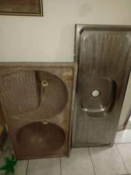Balcão de inox e lavador de roupa.