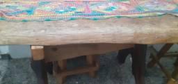 Conjunto de mesa e bancos de madeira maciça