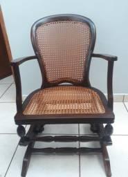 Empalhador de cadeiras e moveis no geral.
