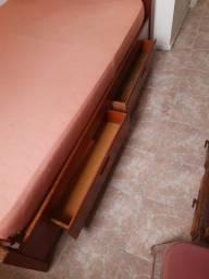 Cama de casal de madeira de lei