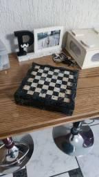 Tabuleiro de xadrez e dama de pedra