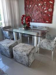 Mesa jantar com 4 cadeiras e 2 puffs. Linda estado de Nova.