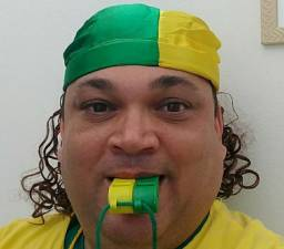Peruca + um apito do Brasil