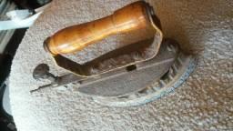 Ferro de passar antigo a gas
