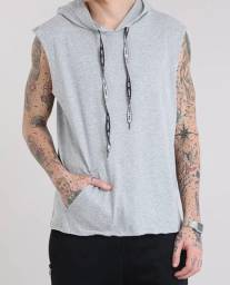 Regata masculina com bolso e capuz com cordão cinza mescla