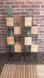 Jardineira  estilo industrial com 4 cachepo de madeira ( tenho 2)