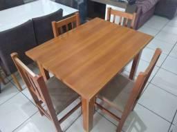 Mesa com 4 cadeiras de madeira