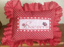 Faço almofadas personalizadas com bordados em ponto cruz