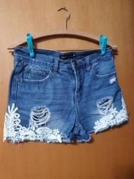 shorts jeans detalhe de flor
