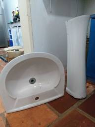 Pia de banheiro com pedestal