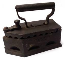 Antigo Ferro de Passar a Carvão para decoração