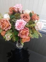 Vaso de vidro com rosas