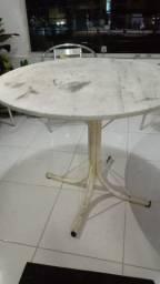 Mesa redonda com tampa de mármore