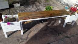 Banquinho de madeira tratada, com cachepô