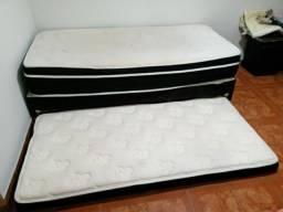 Colchão de molas solteiro com cama auxiliar.