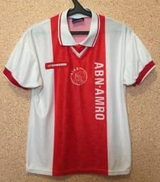 Camisa Ajax da Holanda 1994/95 Tam XL (GG).  Ela não tem nenhum detalhe.
