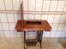 Gabinete máquina costura com pé