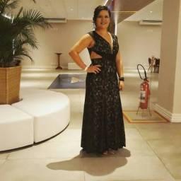 Vestido de festa com renda preta e forro nude, com delicados e discretos pontos de luz