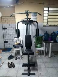 Estação de musculação com 80kg de peso