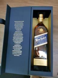 Caixa de Johnnie Walker Blue Label - Troco por casa em muro alto