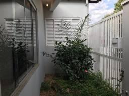 Casa ao lado da rua Getúlio Vargas