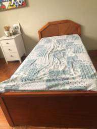 Vendo duas camas sendo uma de solteirão e a outra além de ser solteirão ainda é bicama