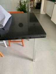 Mesa com tampo de mármore preto