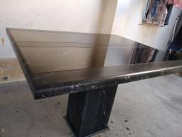 Mesa e pé de granito