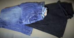 2 calças uma preta de moletom e oura jeans