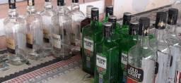 Garrafas vazias de whisky