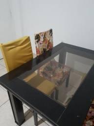 Linda mesa de madeira com 4 cadeiras