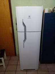 Uma geladeira