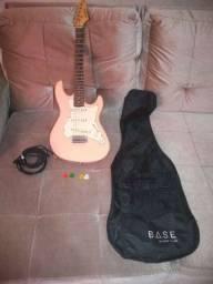 Guitarra, com capa, cabo e palhetas.
