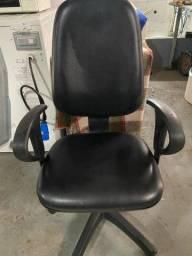Cadeira presidente com assento e encosto revestido em couro revisada em ótimo estado