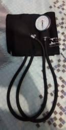 Vendo maleta com medidor de pressão e estetoscópio