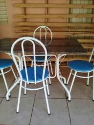 Vendo mesa super conservada semi nova sem arranhões nem ferrugem