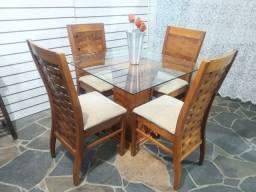 Linda Mesa vidro 90x90 base madeira com 4 cadeiras altas estofadas