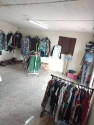 Brechó completo 2 araras de chão 6 de parede mais de 500 peças de roupas cabides