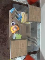 Mesinha de centro com topo de vidro