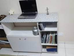Mesa de escritório e um rack