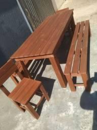 Conjunto de mesa com bancos e cadeiras
