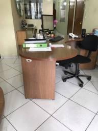 Diversas mesas de escritório